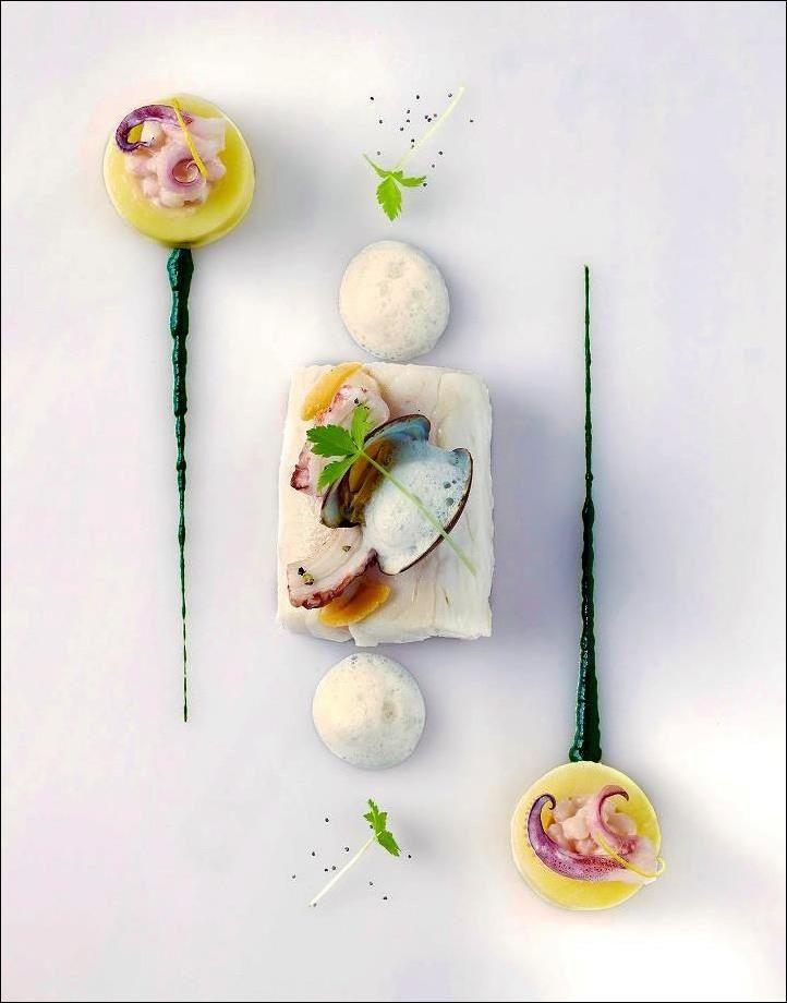 """Coup de """"bar"""" du vendredi ? Normal !...  ;) Bar sauvage à l'étuvé, coquillages, pieuvre & calamars fondants, purée fine d'herbes vives, citron au sel, lait d'amande douce... (Éric Gonzalez - Ivan Apostolov)... Les 7 premiers qui partagent la photo gagnent 1 point !!! ;) . L'art de dresser une assiette comme un chef... http://www.facebook.com/VisionsGourmandes ."""
