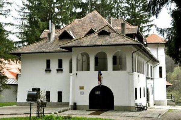 """Casa Memorială """"George Enescu"""" din Sinaia, cunoscută ca Vila Luminiş, este locul de recreere şi inspiraţie unde George Enescu a compus o parte a operei sale preferate, Oedip. Amplasată în cartierul Cumpătu din staţiunea prahoveană Sinaia, a fost construită între anii 1923-1926 cu ajutorul arhitectului Radu Dudescu, după planurile realizate de însuşi Enescu."""