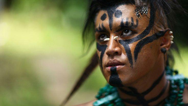 Todo lo que debes saber sobre los tatuajes en el mundo prehispánico -  En el mundo mesoamericano, el tatuaje era un signo de importancia reservado para los nobles, los sacerdotes y los guerreros más valerosos. Se combinaba con la costumbre de pintarse la cara y el cuerpo, la mutilación dentaria, la escarificación en el rostro y los hombros, la horadación de labios, de tabiques nasales y de lóbulos para portar bezotes, las narigueras y orejeras de oro, cristal de roca, obsidiana, piedras…