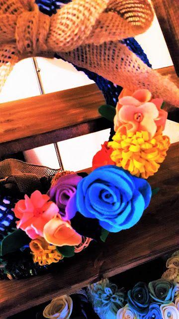 *Erst Filz und Wolle machen Dein Zuhause warm...* babyknopfauge.blo... Erstaunlich was man noch so aus Wollresten zaubern kann; Türkränze sind einladend. Denn bevor man ein Zuhause betritt machen Sie den ersten positiven Eindruck! Deshalb liebe ich Türkränze & das Basteln mit Filz und Wolle sowieso!  Die Filzblumen habe ich hauptsächlich aus Folia Filz + Wollresten gezaubert. Die Filz-Blüten gehen ziemlich leicht.