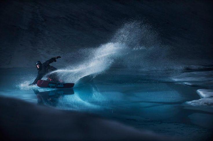 Eso que ves es un lago helado. Mons Røisland pertenece al equipo nacional de snowboard noruego ............... #folgefonna #norway #noruega #glaciar #glacier #snowboard #lago #lake #surf #surfing #surfer #surfstyle #agua #water #hielo #ice #deporte #sport #naturaleza #nature Fot.: ESollie | Surfer: Mons Røisland
