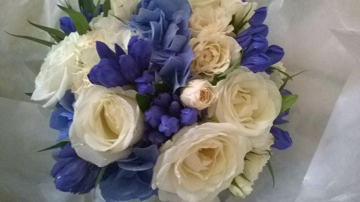 bouquet da sposa rose avorio, genziane e ortensia blu. luglio 2014