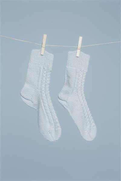 Tema 42: Modell 16a Sokker med fletter (barn/voksen) #strikk #knit #alpakka