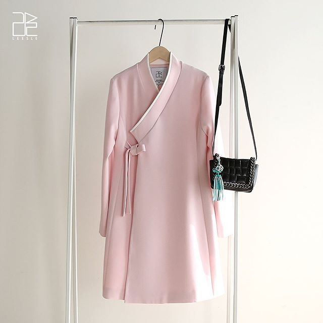 """오직 리슬에서만 볼 수 있는 디자인 """"두루마기 재킷""""이 봄을 담아 돌아왔습니다. """"페일핑크""""컬러는 여리여리해 보이는 느낌이 벚꽃을 쏙 빼 닮았습니다. 리슬 두루마기 재킷은 두루마기에서 영감을 받아 군더더기 없이 심플하게 떨어지는 핏이 매력적인 아이템입니다. 아우터로도 입을 수 있지만 단독 원피스처럼 착용할 수도 있는 다재다능한 재킷이에요. 허리라인을 넣어 착용 시 슬림한 허리라인을 잡아줍니다. S(44~55), M(66)사이즈만 판매되었지만 봄 신제품에는 L(77)사이즈도 추가되었습니다. _ 리슬 공식 온라인샵 LEESLE.COM"""