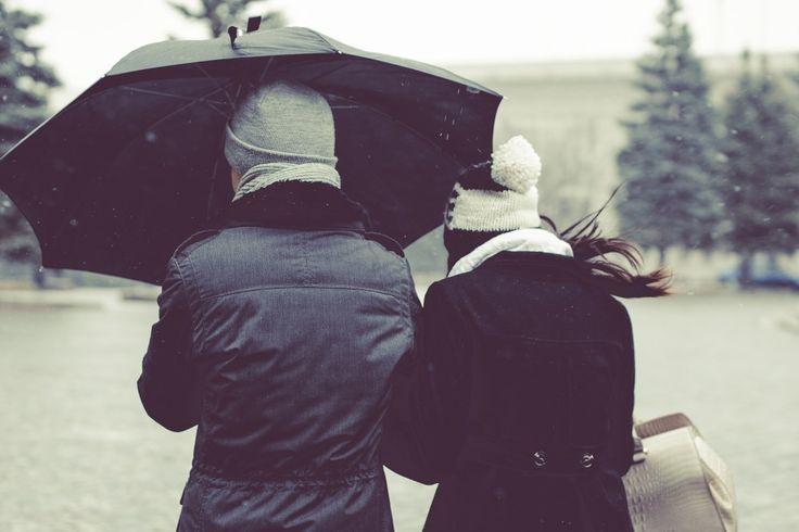Zu nah, zu fern, zu eng, zu frei - oft ist der Spagat zwischen Nähe und Distanz einer der Hauptstreitpunkte in Beziehungen.