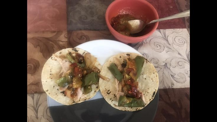 [Homemade] Rotisserie chicken tacos with seared green peppers and chipotle/serrano salsa.