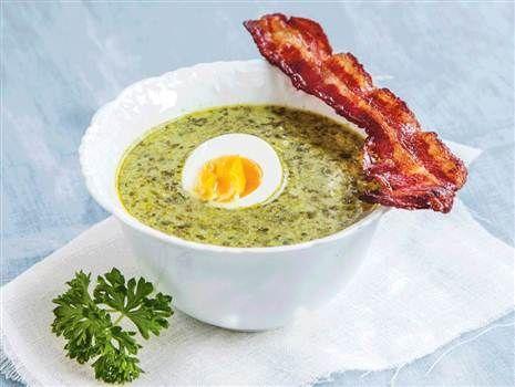 Spenatsoppa med kokt ägg och krispig bacon