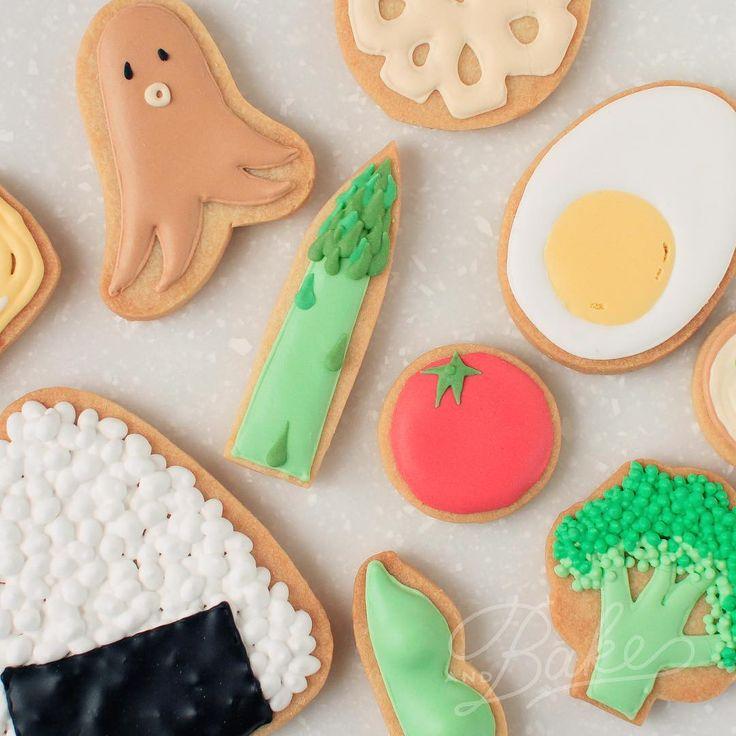 ° ° OBENTO icing cookies 🍱 ° 個展のDMの裏の写真はこーんな感じ。 今回の個展のテーマは『あそびごころ』。 お弁当アイシングクッキー🍱をはじめ、みなさんにワクワクして頂けるような、そして『うふふ』とにんまりして頂ける様なアイシングクッキーを考えています。 どうぞ、お楽しみに〜♡もちろん!アイシングクッキーの販売もありますよ。 ふら〜っとアイシングクッキーを見に来て頂けると嬉しいです。私たちも会期中は在廊しておりまーす🤗 ° ° 【日程】 11月25日〜27日 【場所】 器とカフェ ひねもすのたり 杉並区阿佐ヶ谷北1−3−6 2F 03-3330-8807 ° DMご希望の方がいらっしゃいましたら、HP(アカウントトップページにアドレスを掲載しています)のcontactにてご連絡いただければと思います。 ° °