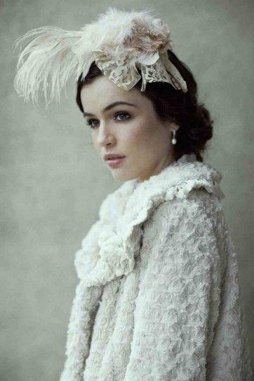 Sposa in stile vintage con cappellino di piume