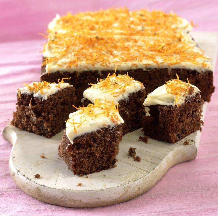 En saftig gulrotkake med mørk sjokolade er enkel å lage og smaker deilig. Glasuren er laget av hvit sjokolade og kremost. Perfekt å ha med som en god overraskelse på neste foreldremøte eller dugnad i bakgården!
