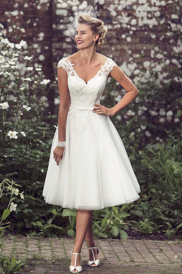 This A-line short wedding dress accenting with subtle lace on the v-neckline cap sleeves bodice, finished with knee length layered tulle skirt.