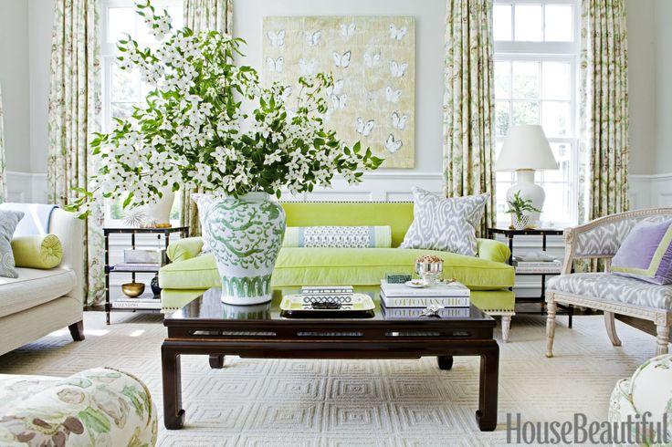 Le vert chartreuse du canapé en velours s'accorde au mauve du coussin sur le fauteuil en un ensemble frais et printanier.