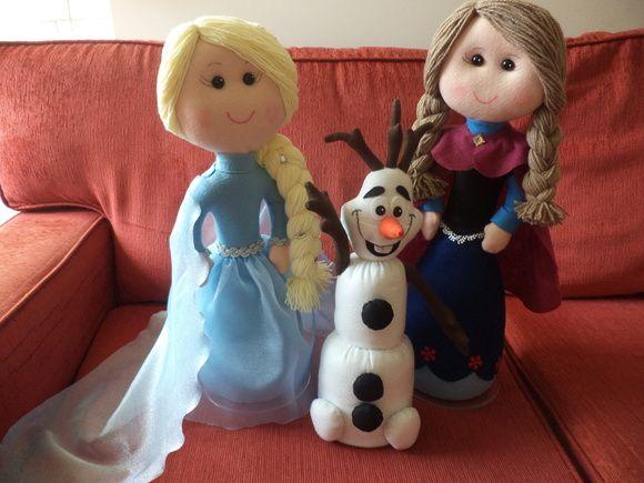 Kit para decoração no tema FROZEN.  Composto por 03 bonecos: Elsa, Ana e Olaf.  Produzidos em feltro.  Medidas: Elsa e Ana - 47 cm   Olaf - 42 cm  Valor equivale ao kit com 03 bonecos. R$ 195,00