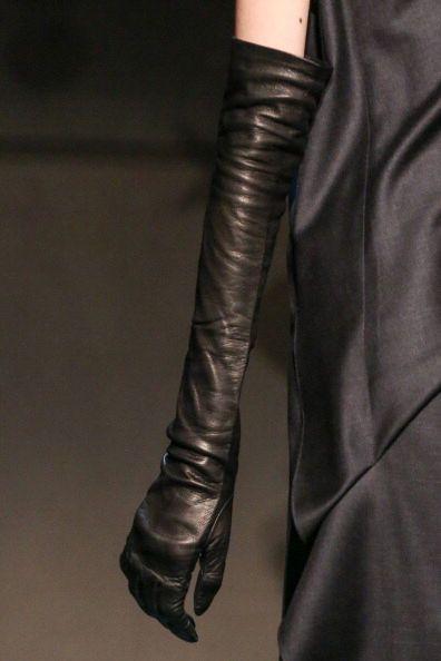Accessori e desideri alla New York Fashion Week | Guanti lunghi in pelle Tia Cibani | FOTO
