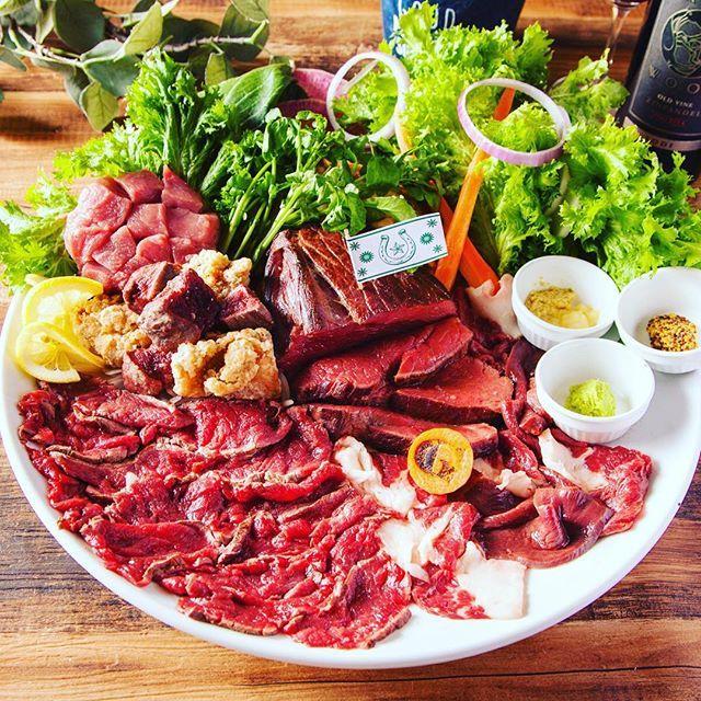 🍖毎月29日は「肉の日」🍖馬肉バル ジーワン 飯田橋店」は、2017年5月29日(月)から毎月29日に実施している「肉の日」を大幅リニューアルいたします。 ランチからディナータイムまで一日を通してお楽しみいただける内容となっております。 . 【ディナータイム キャンペーン概要】 全6種類にも及ぶ看板「馬肉メニュー」が最大79%OFF。 目玉の馬肉の2ポンドプレートは5,000円以上の値引きとなります。 . ●キャンペーンその1● 全部のせ!馬肉の2ポンドプレート 8,290円→2,900円(65%OFF) . 【ランチタイム キャンペーン概要】 サラダ、スープ、ドリンクも付いたお得でヘルシーな馬肉ランチメニュー全3種をワンコインでお召し上がりいただけます。 . ・馬肉ハヤシライス 780円→500円 ・ローストホース丼 880円→500円 ・馬と豚の半馬ーグ 780円→500円 . ディナー、ランチ共に提供条件は食べログをチェック📲 . . . #肉の日 #ジーワン飯田橋 #G1飯田橋 #飯田橋 #馬肉 #馬肉専門店 #野菜 #馬刺し #肉 #🍖 #肉スタグラム #肉食…