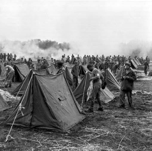 Brasil na Segunda Guerra Mundial  - Acampamento de soldados do 2° Escalão da FEB (Arquivo Diana Oliveira Maciel).   http://www.historiailustrada.com.br/2014/04/fotos-raras-brasil-na-segunda-guerra.html#.VW9y4c9Viko