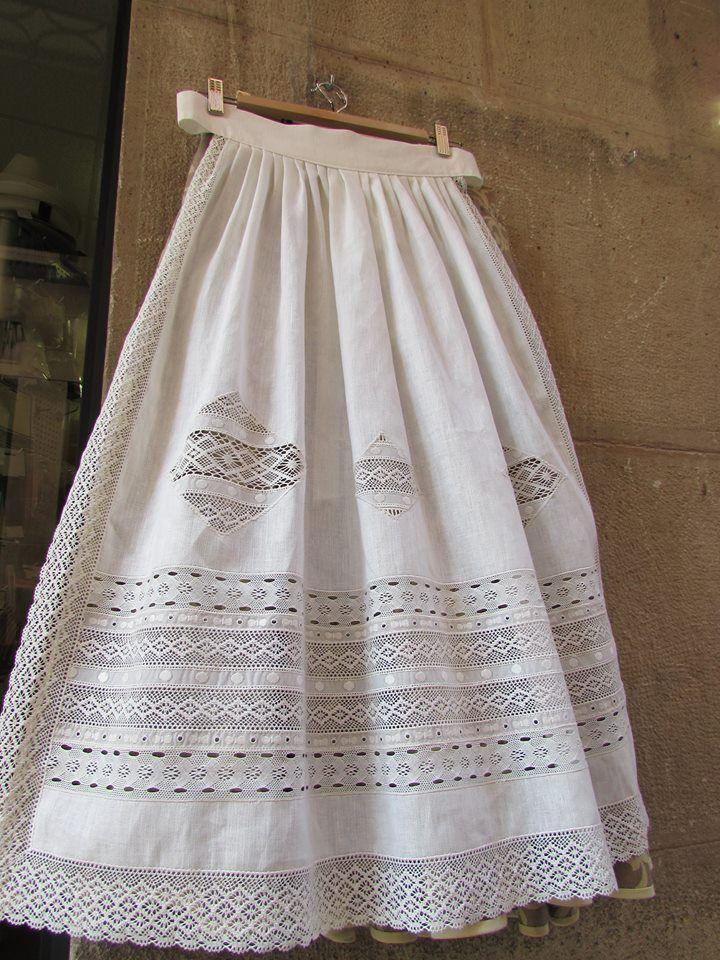 Delantales tradicionales realizados con telas de lino,combinando puntillas de bolillo, valencie, tul bordado, guipur