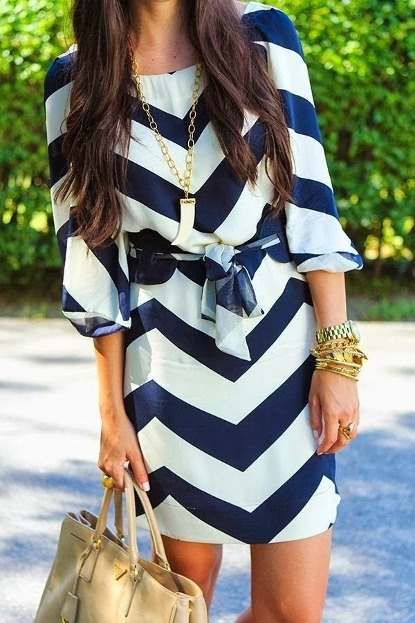Amazing White & Blue Chevron Dress and Suitable Handbag with Accessories | Fashion outfits and clothes for women Más