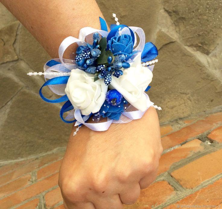 Купить или заказать Браслеты для подружек невесты ' ( бело-синии) в интернет-магазине на Ярмарке Мастеров. Как правило, подружки на свадьбу надевают платья одинакового цвета, в руках они держат небольшие букеты в тон букетам невесты. Но учитывая то, что у подружек в этот день множество забот, то, чтобы освободить их руки, часто используют свадебные браслеты для подружек невесты. Необычный аксессуар не ограничивает движений девушек, они запросто могут поправить причёску или платье невесты,...