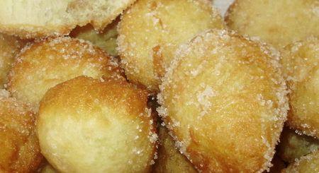 Za posne slatke uštipke potrebno je: 150 gr griza, 250 gr brašna, 1 prašak za pecivo, 100 gr šećera, korica limuna i narandže, ulje za przenje