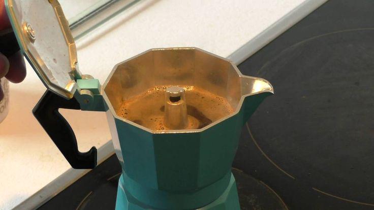 Hansd maakt koffie op de ouderwetse manier