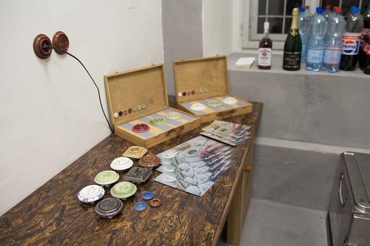 Někdy v porcelánce Mulier i prezentujeme... Vypínače a zásuvky na stole.