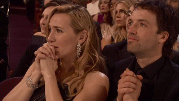 E! Online в Твиттере: «Kate Winslet proudly looking at Leonardo DiCaprio during his #Oscars acceptance speech is making us feel things. ❤️ https://t.co/t256WFpPMm»