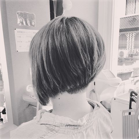 最近モノクロがお気に入り バッサリいかせていただきました! 最高に楽しく仕事させていただきました かっくいー髪型に 全く違う姿になります 印象も変わります 女性の刈り上げ 相模原では貴重過ぎて楽し過ぎました笑 ありがとうございます! #レディースヘア #刈り上げ女子 #前下がり#ツーブロック#バッサリカット #アシンメトリー #イメチェン#ディーリンク#南橋本美容室#相模原駅近美容室#相模原美容室