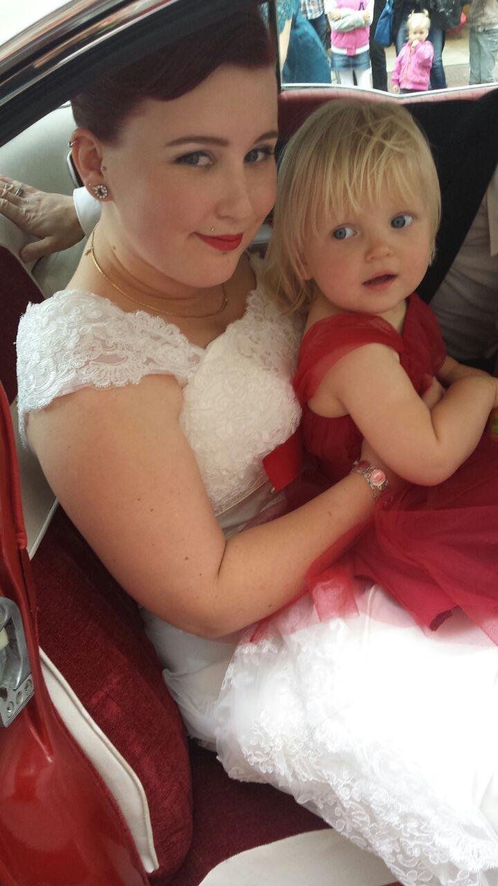 Schitterende bruid met een klein bruidsmeisje in haar rode jurkje. Een prachtige combinatie. Natuurlijk komt het rode jurkje bij Corrie's bruidskindermode vandaan. Trouwen, bruiloft, huwelijk, bruidskinderen, bruidsmeisjesjurk. bruidskindermode.nl