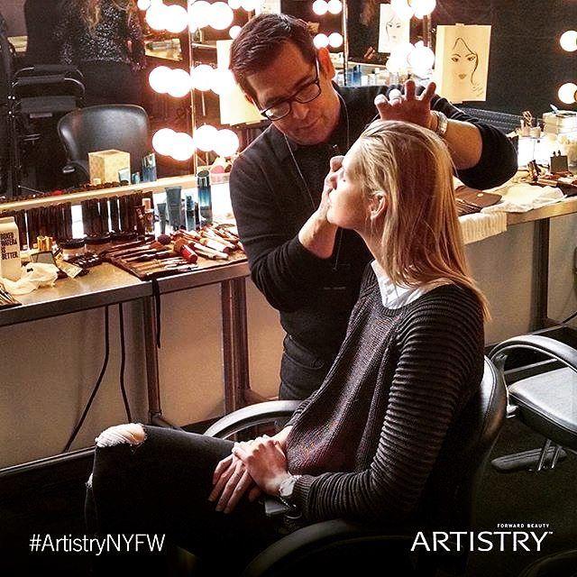Il meraviglioso Make Up Artist di ispirazione globale @rickdicecca al #pamellaroland New York Fashion Week Show con il suo set di prodotti #Artistry ; lo scorso gennaio  Lui e la Roland stanno i dettagli sui vari look trucco per le modelle definizione del loro prossimo New York Fashion Week Show  ( #NYFW ) --------------------------- The wonderful and global inspirer #Makeup Artist Rick DiCecca At Pamella Roland's New York Fashion Week Show last January with him Artistry's beauty set  He…