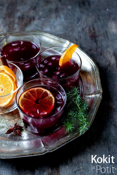 JOULUKALENTERIN 15. LUUKKU      Glögisangria yhdistää kaksi klassikkodrinkkiä. Mausteensa juoma saa glögistä, tuorepuristettu sitrusm...