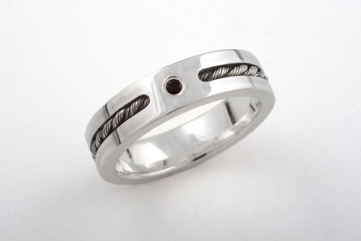 Hopeasormus, jossa yksityiskohtina musta timantti ja hopeavaijeri. CaiSanni.