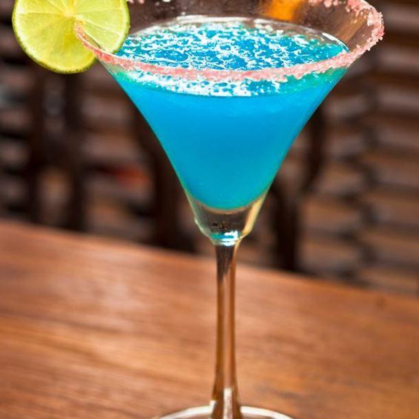 les 25 meilleures id es de la cat gorie cura ao bleu sur pinterest cocktails bleus cocktails. Black Bedroom Furniture Sets. Home Design Ideas