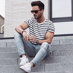 Een leuke casual lente-outfit. #mannen #heren #mode #gestreept #shirt #strepen #broek #schoenen #sneakers #zonnebril #fashion #men #jeans #stripes