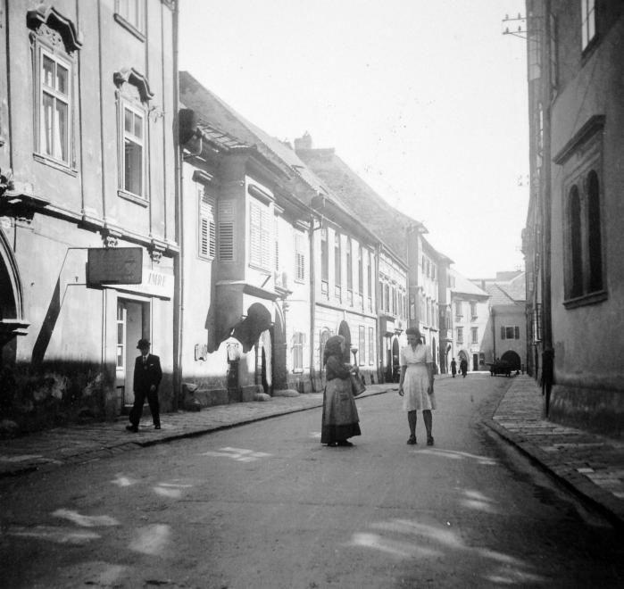 Kolostor utca a Fő tér felől, balra a Kolostor utca 3.