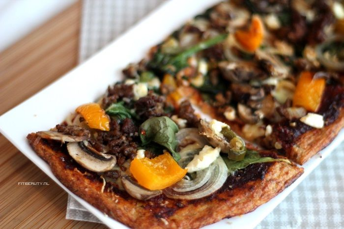 """Say hello to one of my best friends: PIZZA! Ik zou het absoluut geen straf vinden om de rest van mijn leven de """"gewone"""" pizza te vervangen door deze pizza met bloemkool als bodem. Heerlijk en helemaal Paleo! Natuurlijk ook glutenvrij en tarwevrij Ik had al eerder een recept voor een bloemkoolbodem pizza, maar dit […]"""