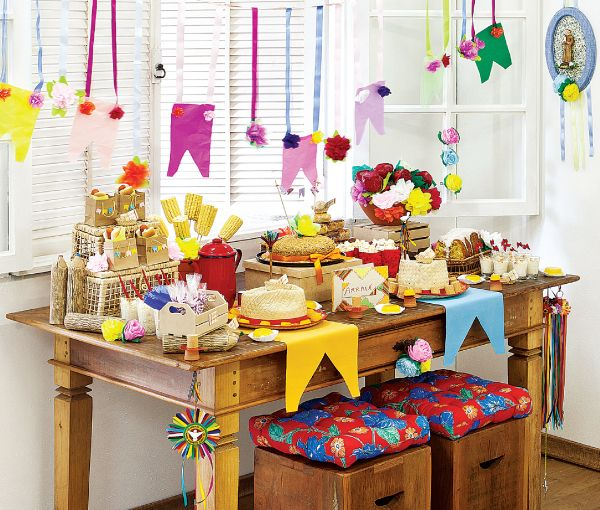"""Opção de decoração: - Bandeirolas maiores para colocar sobre a mesa servindo de """"descansa prato""""; - serpentinas e bandeirinhas... mesclar.  (IMPORTANTE: Barbante, cola e tesoura)"""