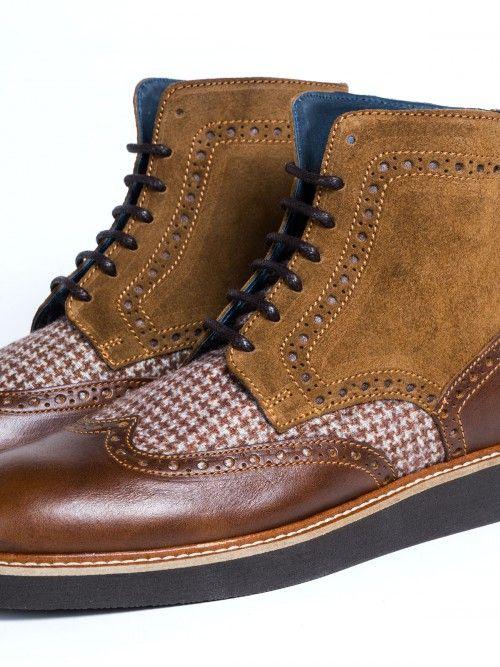 Botín de piel marrón y camel, de alta calidad y fabricado en España. Un diseño con inserto de lana y dibujo pata de gallo. Cierra con cordones en color marrón y suela también marrón. www.soloio.com  #manshoes #shoes #madeinspain #shoesfromspain #menstyle #outfitdetails #derby #derbyshoes #boots #menboots