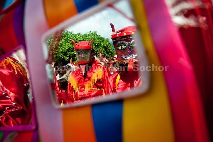 El detalle de los espejos en conjunto con las cintas de colores nos muestran una combinación de elementos representativos del Corpus Christi. El reflejo de los diablos que danzan detrás hacen de esta imagen una composición interesante.