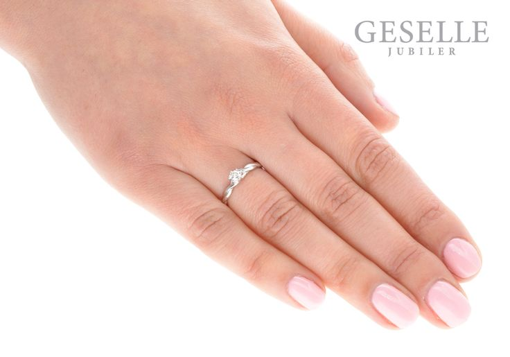 Urzekający pierścionek z brylantem 0,17 ct z oryginalną szyną w kształcie skręconej linki - GRAWER W PREZENCIE