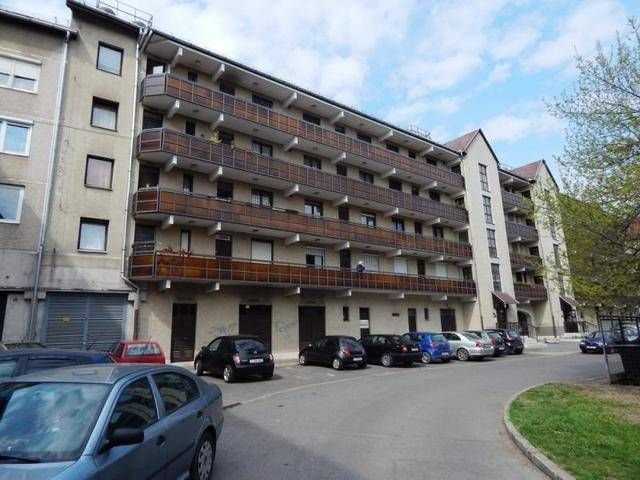 Miskolc belvárosában az Arany János utcából nyíló Mártírok utcában, négyemeletes, liftes társasház második emeletén, 34 nm-es, 2 szobával rendelkező, ké...