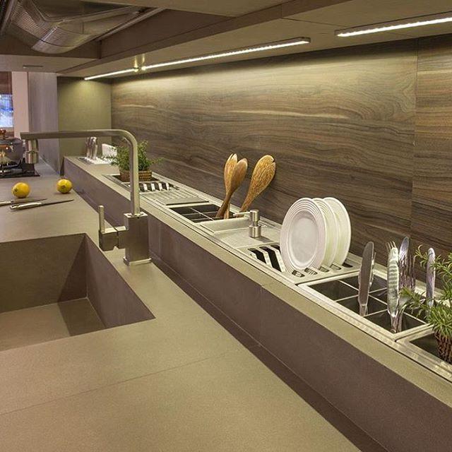 WEBSTA @ ohlaemcasablog - E na hora do almoço, vamos nos inspirar com cozinhas!  A #dicaohlaemcasa de hoje é como aproveitar ao máximo os espaços!  Aqui neste projeto, a bancada foi aumentada em 25/30cm para organizar melhor os utensílios domésticos!  Escorredor de pratos, porta talheres e até um espacinho para uma mini horta!  Reparem na iluminação embutida no armário que garante a luminosidade adequada e um destaque para a parede com um laminado amadeirado  Um máximo, não é...