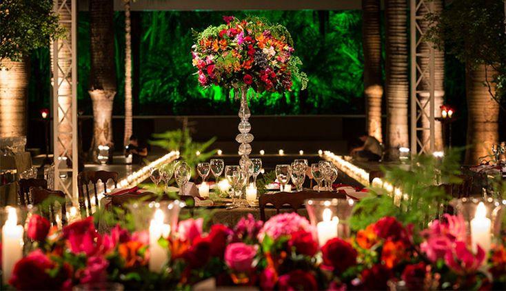 Clássica e imponente, a decoração de casamento com as cores vermelho e verde são uma linda opção para o seu Grande Dia.