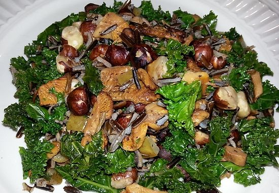 En mettende og smaksrik salat med nøtter, grønnkål og kantarell. (Foto: Liv Thoring)