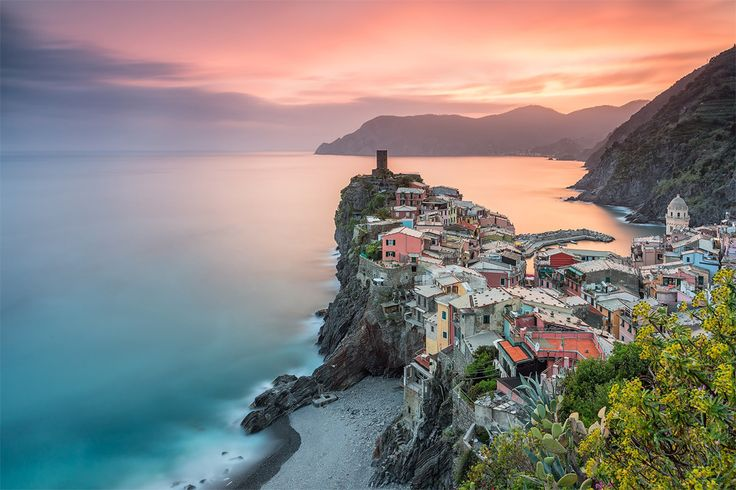 sunser-over-town-of-vernazza,-italy