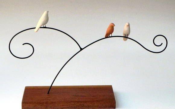 Escultura de arame e passarinhos em cerâmica com base de madeira R$ 50,00