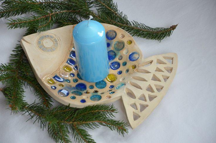 Miska kapřík Ručně modelovaná .... vysypaná nízkotavným sklem .... vhodná na ovoce či zeleninu, na odkládání špěrků, klíčů, na svíčky nebo jen tak k dekoraci .... .... rozměry 28x19 cm (měřeno v nejdelším a nejširším místě) .... svíčka není součástí
