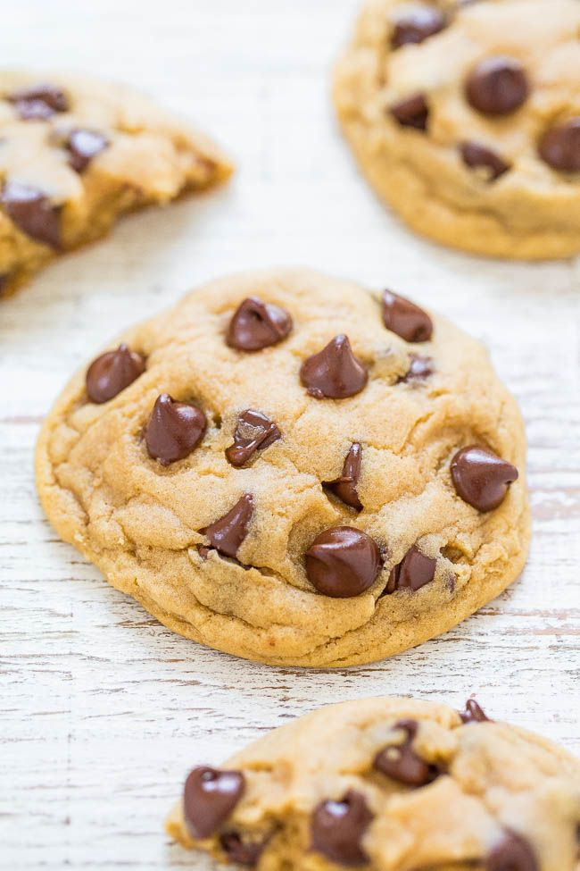 Easy Soft and Chewy Chocolate Chip Cookies - Big bakery-style cookies ...