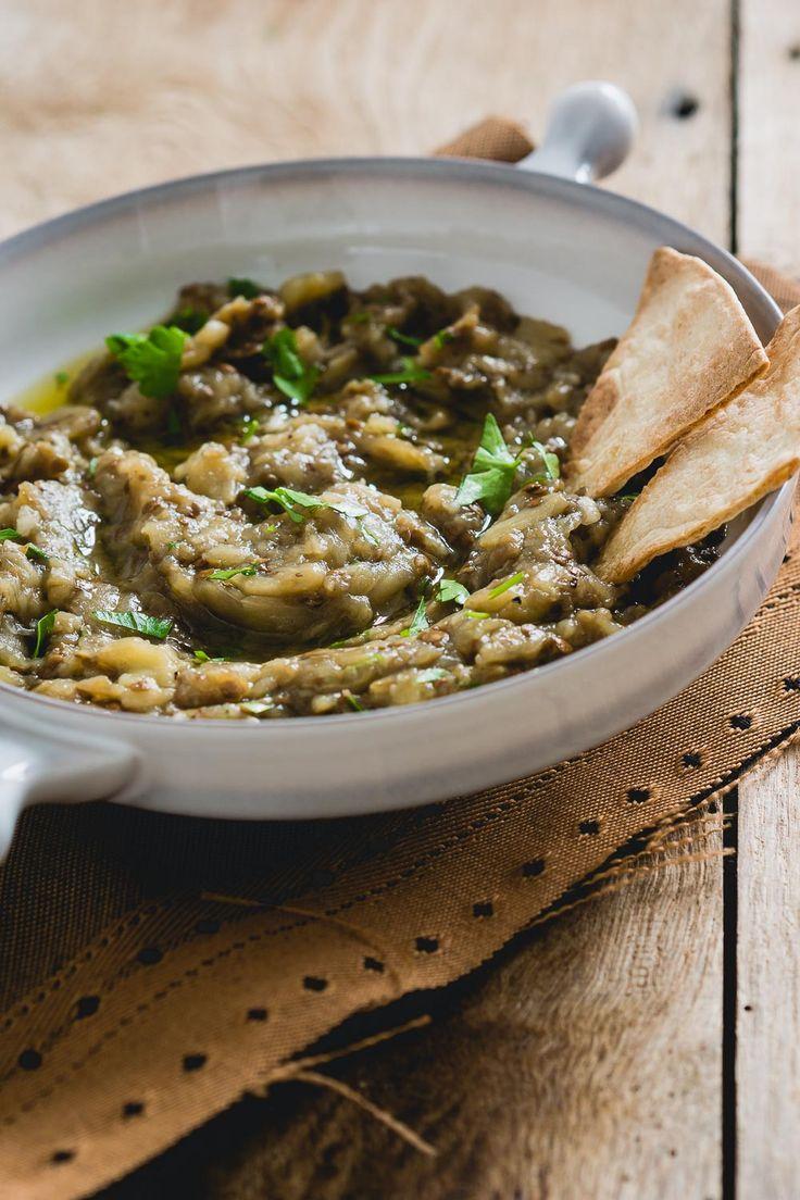 Baba ganoush is een heerlijke auberginedip uit de Midden-Oosterse keuken. Perfect om te serveren als dip op een verjaardag of bij een borrel. Bezoek voor meer hapjes recepten The answer is food, elke vrijdag komt er een nieuw hapje online.