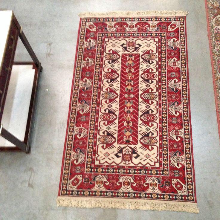 tapis d'orient fabrication main , motif central géomètrique . XX siècle .